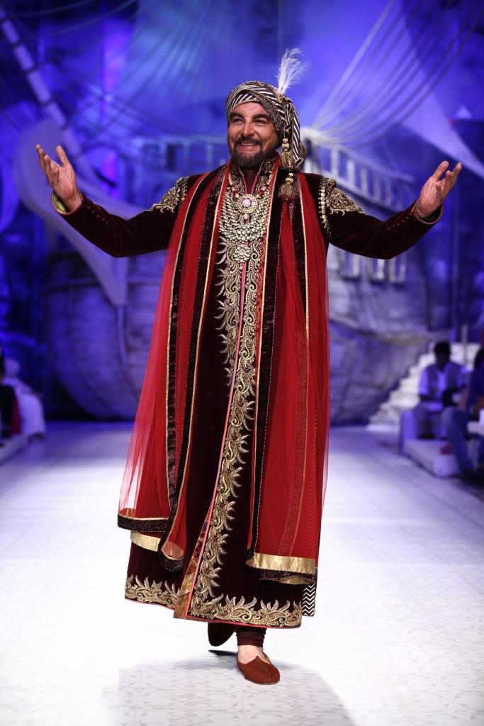 Kabir Bedi as Showstopper for JJ Valaya