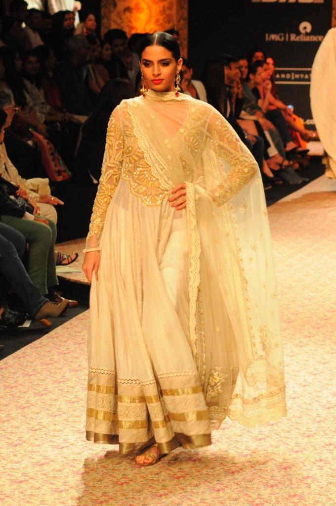 Model  Ritu Kumar