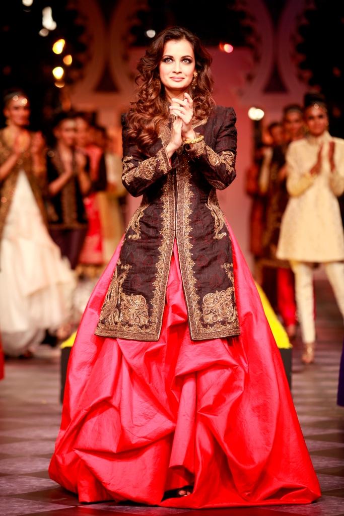 Dia Mirza walking for Raghavendra Rathore