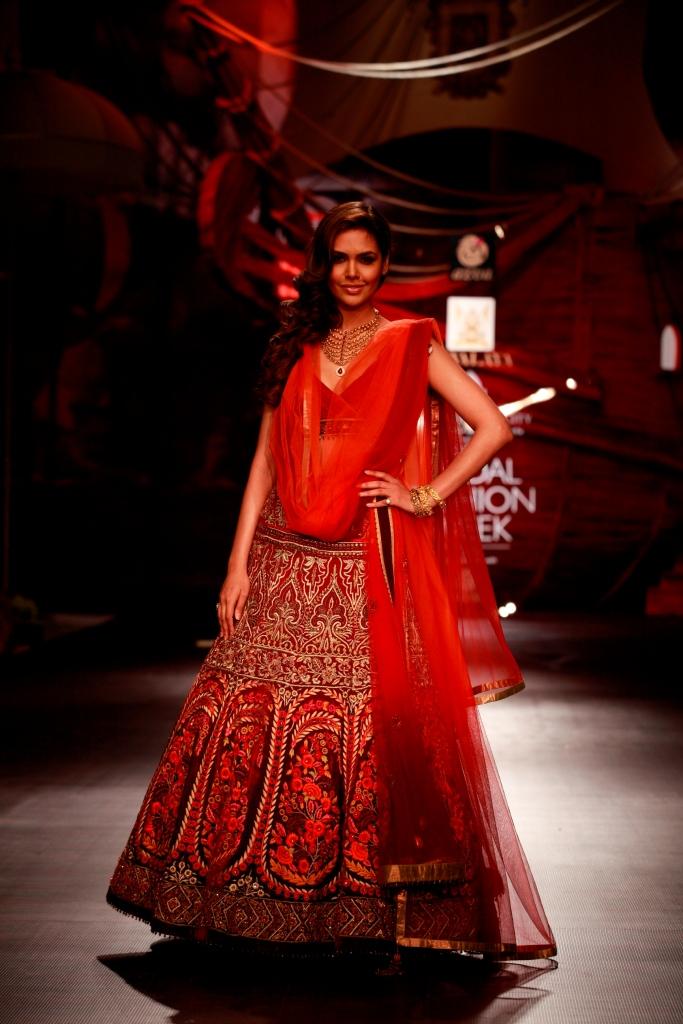 Esha Gupta walking for JJ Valaya
